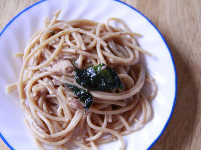 Whole wheat spaghetti with tuna, basil, and butter sauce (adapted from yummy magazine)