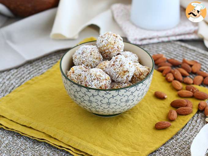 Apricot, tea and almonds energy balls