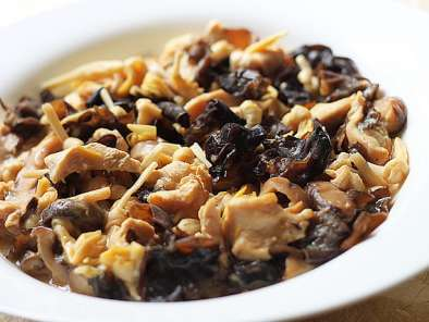 Recipe Steam sliced chicken breast meat with dried lily buds, mushrooms & black fungus