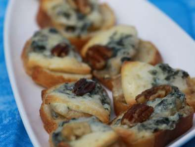 Recipe Blue cheese and pear snacks for wine lovers
