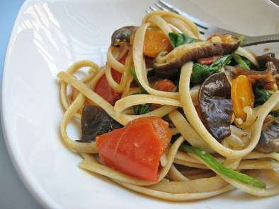 Recipe Vegetarian spicy linguine with spinach, mushrooms, tomatoes