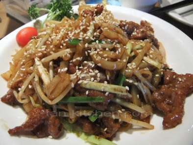 Recipe Stir-fried beef noodles with sesame seed