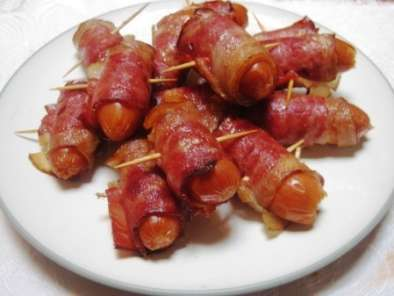 Pigs in the blanket (bacon wrapped sausages)