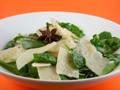 Recipe Rocket, spinach, pear and parmesan salad