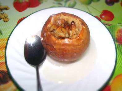 Recipe Healthy fall dessert: baked apples with walnuts, honey and cinnamon.