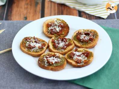 Recipe Toasts with pesto, parmesan and sun-dried tomatoes