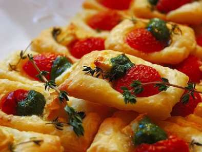 Recipe Puff pastry bites with tomato, cheese and pesto!
