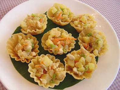 Krathong thong (patty shells with minced chicken)