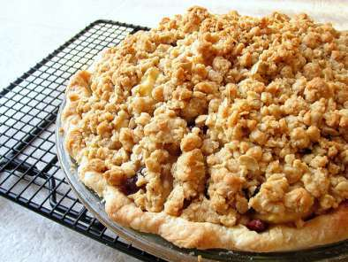 Recipe Fresh pear pie with dried cranberries & brown sugar streusel