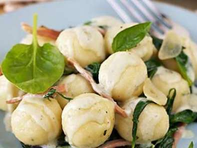 Ricotta gnocchi with spinach, prosciutto and blue cheese