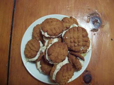 Recipe 3 ingredient peanut butter sandwich cookies with banana cream filling!
