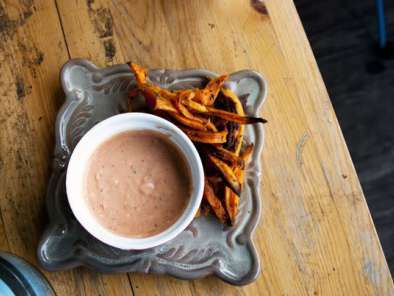 Recipe Sweet potato fries and a spicy tomato-garlic aioli
