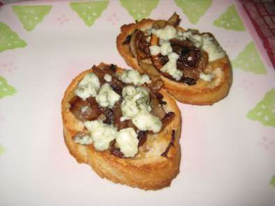 Recipe Roasted garlic, caramelized onions and gorgonzola crostini