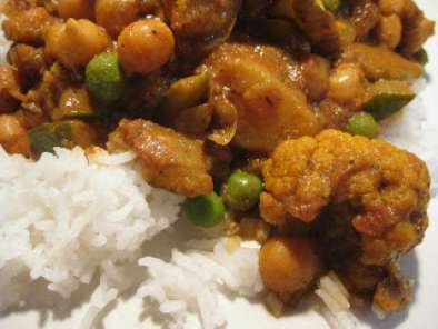 Recipe Indian style curry - potato, chick pea, zucchini, cauliflower and peas