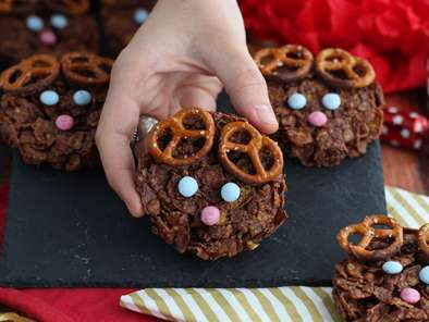 Crunchy chocolate and cereals reindeers - christmas snack