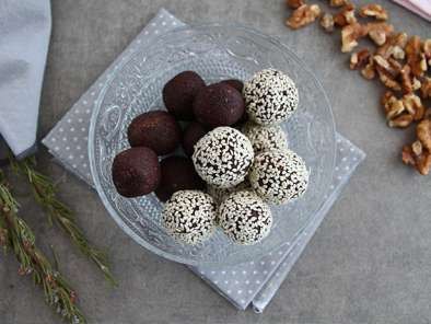Dates and chocolate energy balls with sesame seeds, photo 2
