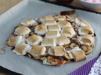 Dessert pizza with banana and chocolate - Video recipe!
