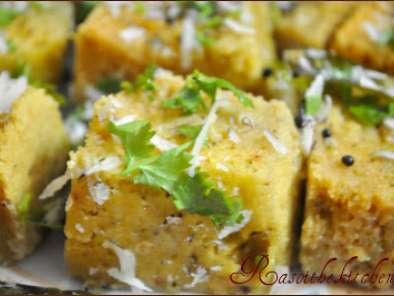 Khaman / dhokla (steamed gram flour snack)