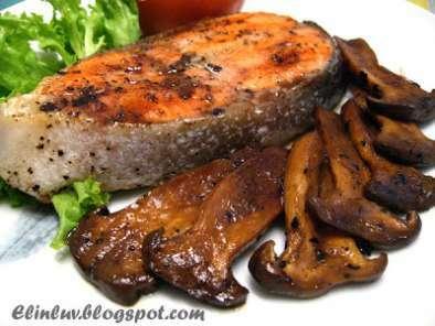 Pan fried salmon steak with red wine sauce, Recipe Petitchef
