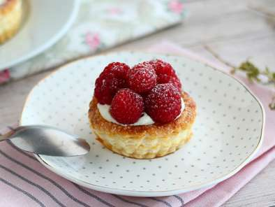 Puff pastry cups with raspberries and mascarpone