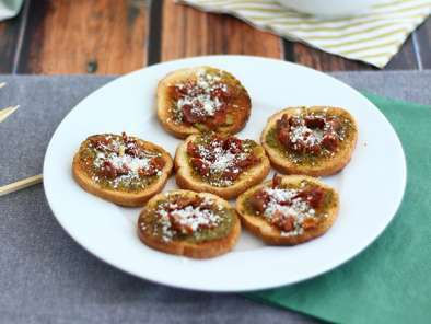Toasts with pesto, parmesan and sun-dried tomatoes